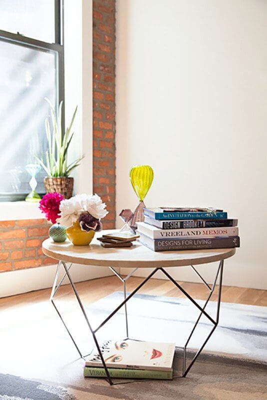 This coffee table arrangement is more casual, and items look like they were loosely placed. | Image via elledecor.com
