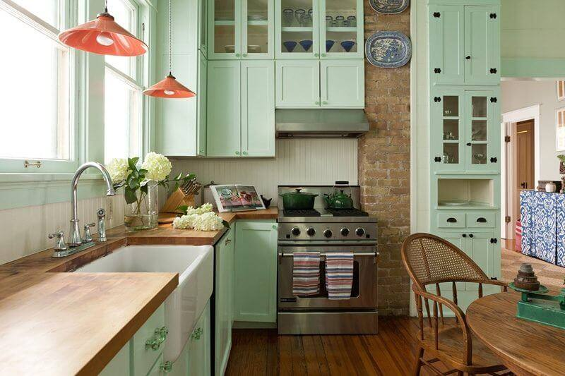 A round kitchen table replaces a traditional island previously in the same spot; Meredith prefers the old-fashioned charm of a kitchen table—and its opportunities for family dinners together.