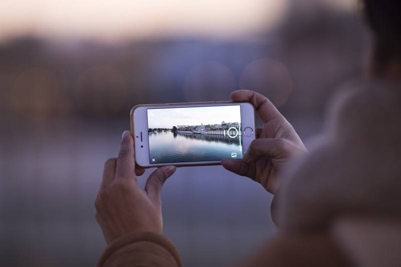 Are you able to enjoy an outing without posting evidence of it? Image: pexels.com