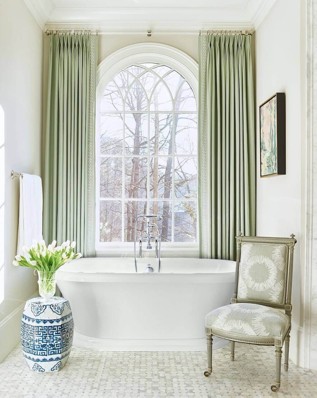 An abstract painting brings in even more color to the tub area.