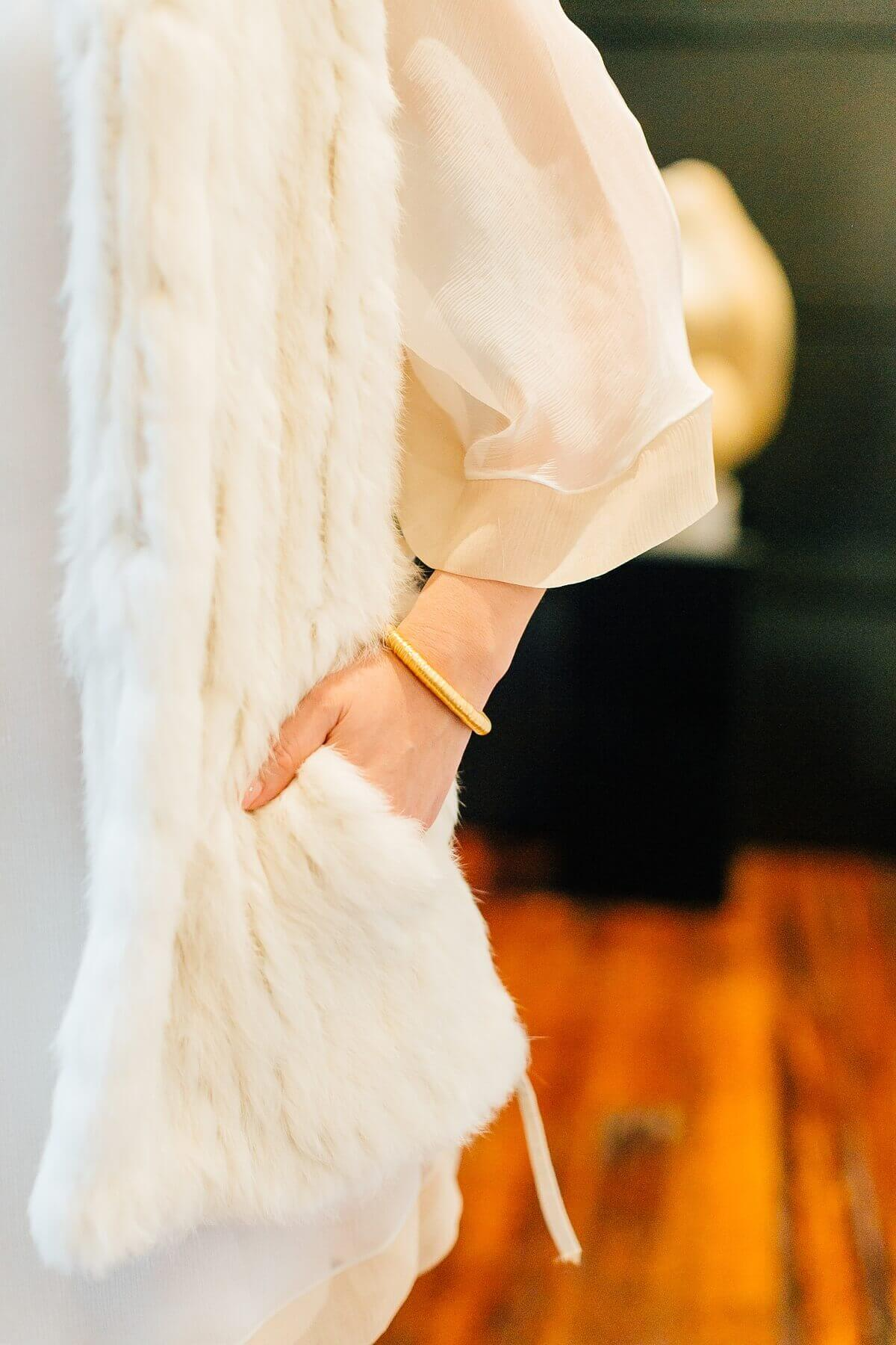 This pure gold bangle bracelet is a simple, stunning and sophisticated addition to any look.